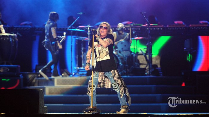 Vokalis band Guns N Roses, Axl Rose menghentak panggung besar di Stadion Utama Gelora Bung Karno (GBK), Jakarta, Kamis (8/11/2018). Tampil selama tiga jam konser bertajuk Not In This Lifetime Tour itu, personel Guns N Roses, Axl Rose (vocal, piano), Slash (lead guitar), Duff McKagan (bass), Dizzy Reed (keyboard), Richard Fortus (rhythm guitar), Frank Ferrer (drums), dan personel termuda Melissa Reese (keyboard) memuaskan para penggemar di Indonesia. TRIBUNNEWS/HERUDIN