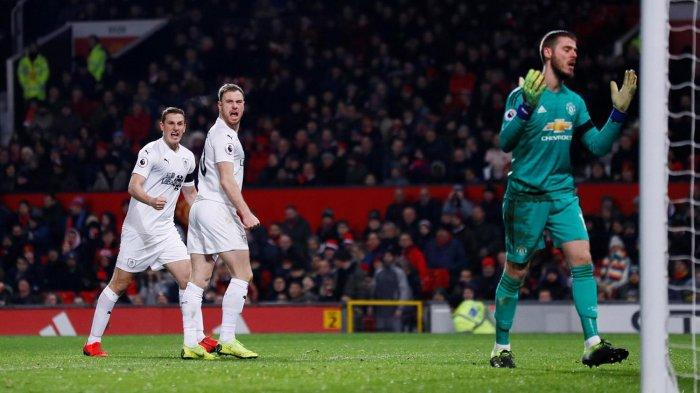 Striker Burnley, Ashley Barnes (kedua kiri) merayakan golnya ke gawang Manchester United yang dijaga David de Gea (kanan) dalam laga pekan ke-24 Liga Inggris di Stadion Old Trafford, Manchester, Inggris, Rabu (30/1/2019) dini hari WIB.