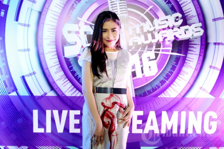 Prilly Latuconsina di SCTV Music Awards 2016