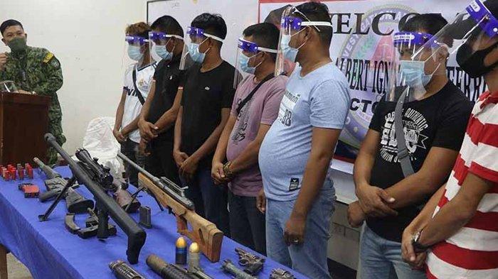 Bawa Senapan dan Peluncur Granat, 10 Pria Bersenjata Menyerah Kepada Polisi Bangsamoro