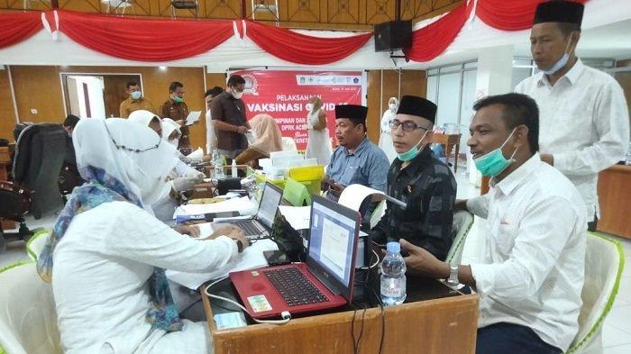 Jalani Vaksinasi Bersama Keluarga, Ketua DPRK Aceh Jaya Ajak Masyarakat Ikut Vaksin