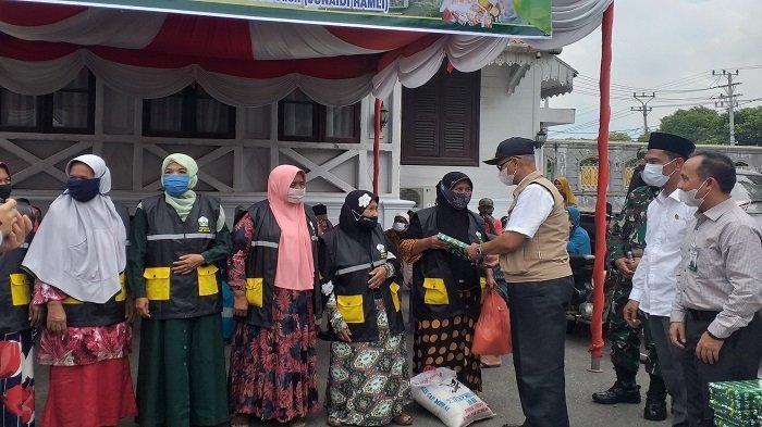 Petugas Kebersihan dan Tuna Netra di Bireuen Terima Bantuan Sembako