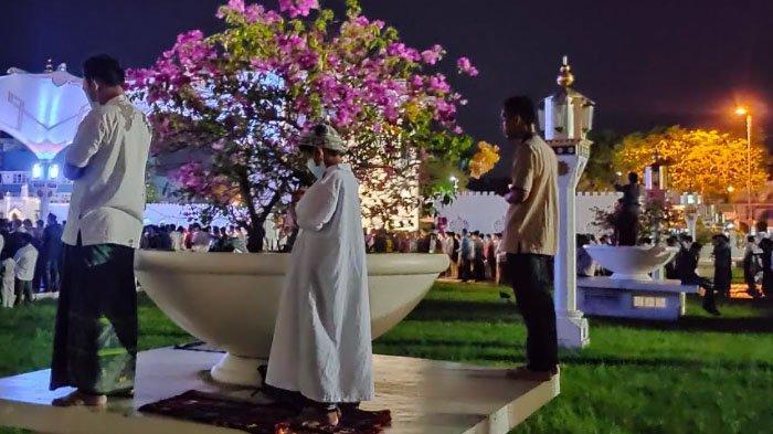 Jamaah Tarawih Perdana di Masjid Raya Baiturrahman Padat, Shaf Hingga ke Taman Rumput dan Basement