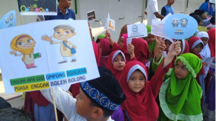 Santri TPA Hidayatul Ulum & Balai Pengajian Lambaro Skep Pawai Tarhib Ramadhan