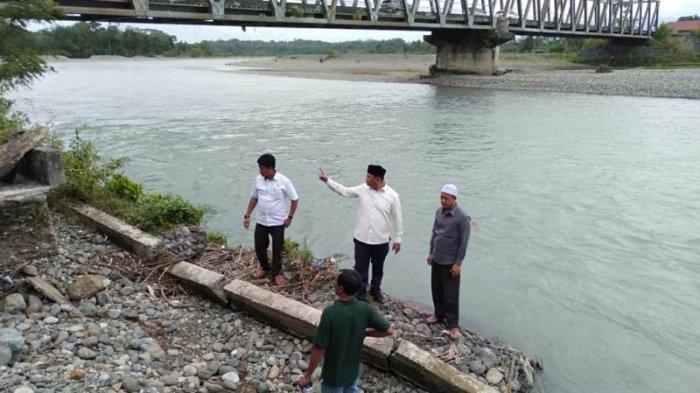 Anggota DPRA Tinjau Abutment Jembatan Krueng Nagan yang Digerus Erosi