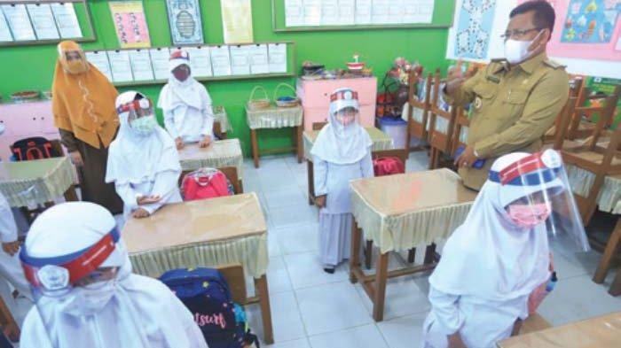 Aminullah Tinjau Hari Pertama Sekolah Tatap Muka