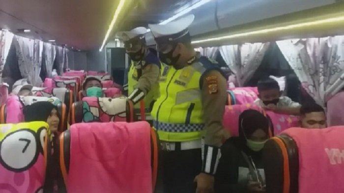Satlantas Polres Bireuen Pastikan Penumpang Bus Gunakan Masker