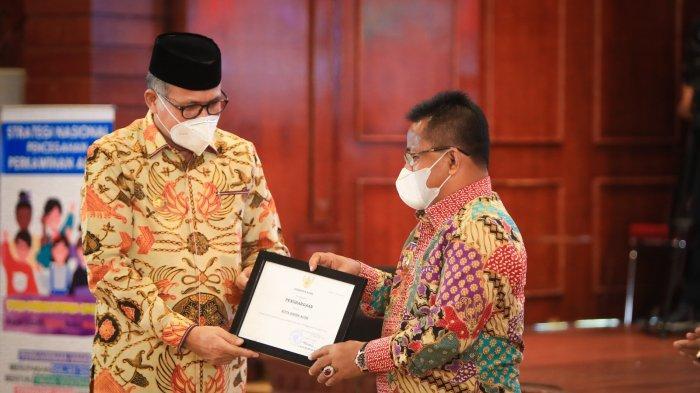 Banda Aceh Dinobatkan Sebagai Kota Layak Anak 2021, Gubernur Aceh Serah Penghargaan kepada Aminullah