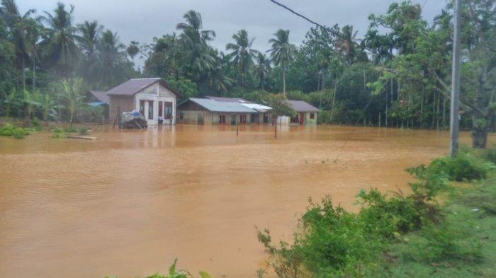 BREAKING NEWS - Angin Kencang, Hujan & Banjir Landa Abdya, Atap Rumah dan Atap Sekolah Beterbangan