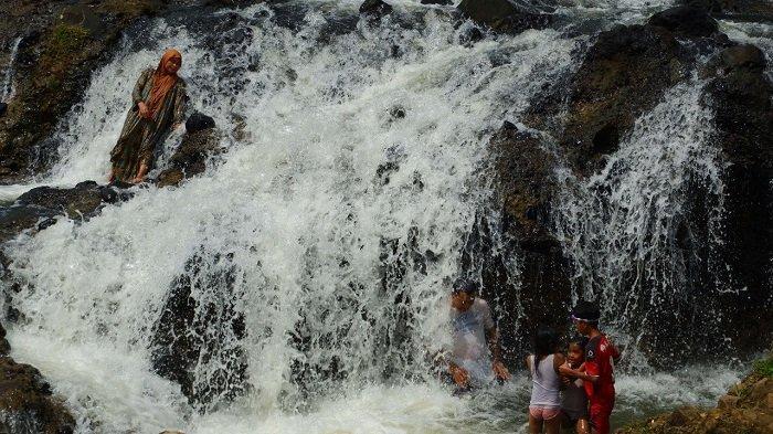 Air Terjun Rayap terbentang di Desa Panton Rayeuk Sa, Kecamatan Kuta Makmur, serta Desa Alue Papuen, Kecamatan Nisam Antara, Aceh Utara.