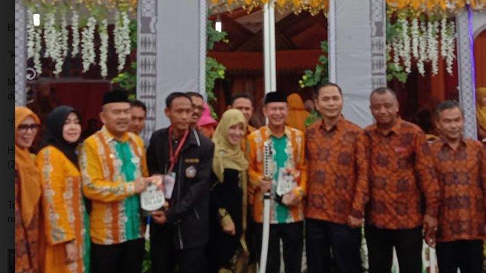 Kunjungi Stan HAI Aceh Utara, Bupati Mursil Dihadiahi Buku dan Pedang