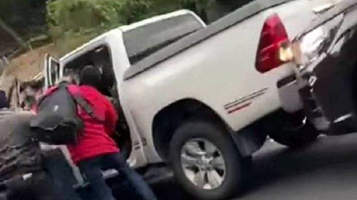 Aksi Perampokan Pria Bertopeng Terekam Kamera, Pecahkan Kaca Ambil Emas, Aksinya Ditonton Warga