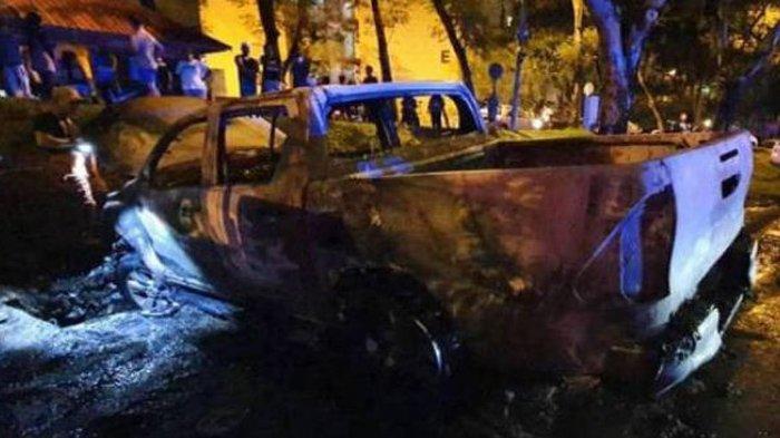 Mobil korban perampokan di jalan raya, Kuala Lumpur, Malaysia, dibakar oleh sekelompok pria bertopeng
