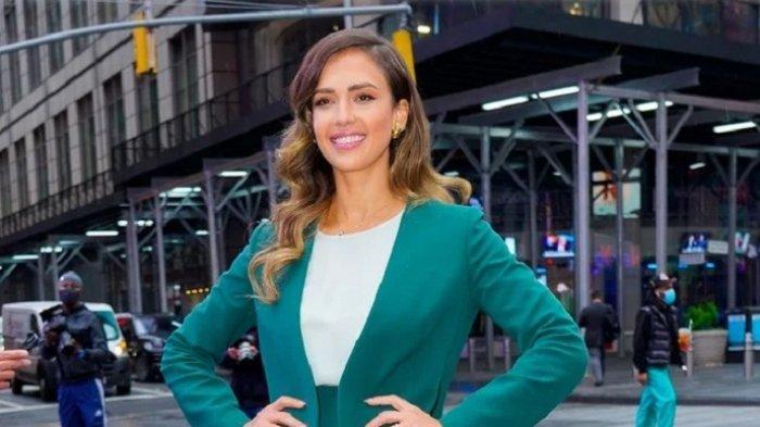 Aktris AS, Jessica Alba Memamerkan Sepasang Sepatu Desainer Lebanon di New York