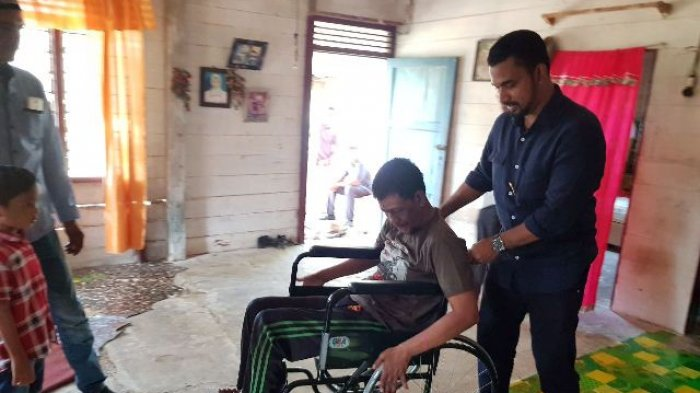 Ketua Fraksi Partai Aceh Sumbang Kursi Roda untuk Warga Cacat