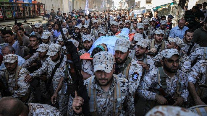Para anggota Brigade Al-Qassam, sayap bersenjata Hamas, mengusung mayat rekannya, Mahmoud Ahmed al-Adham (28), yang meninggal dunia di Kamp Pengungsi Jabalia di Kota Gaza, Gaza, pada 11 Juli 2019. Mahmoud Ahmed al-Adham, meninggal setelah terluka akibat tembakan tentara Israel.
