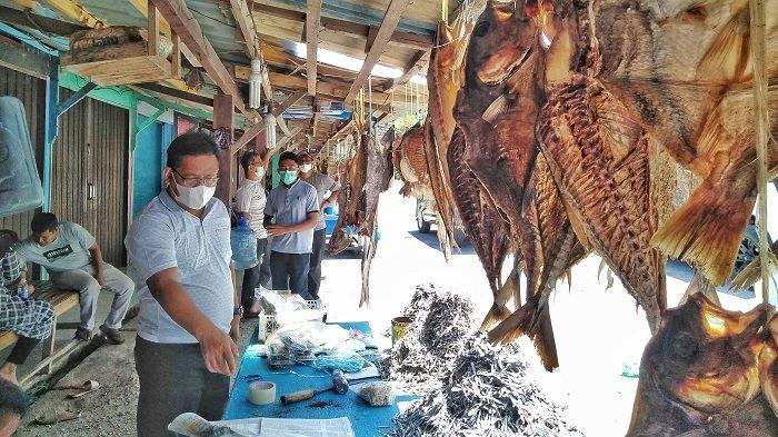 Wali Kota Banda Aceh, Aminullah Usman, membeli ikan asin di Lhokseudu, Aceh Besar.