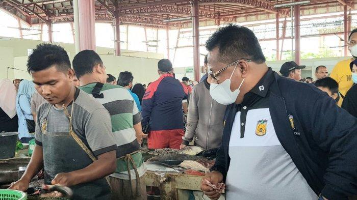 Aminullah Usman Beli Ikan Lele Jumbo 5 Kg di Pasar Al Mahirah
