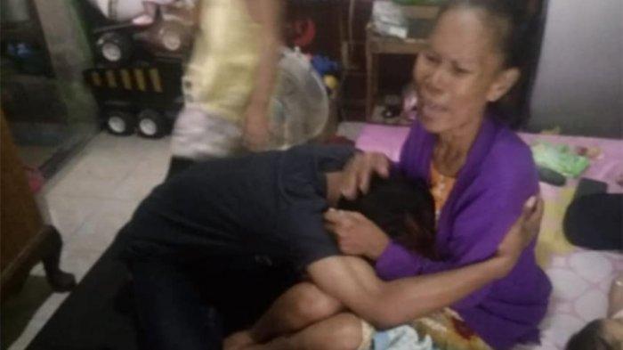 Ibu yang Kepalanya Pernah Ditendang Anak Meninggal Dunia, Sang Anak Menunduk di Samping Keranda