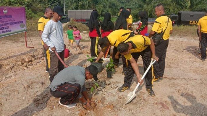 Anggota Brimob Tanam 500 Pohon di Desa Aramiah Aceh Timur