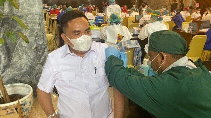 Disuntik Vaksin Sinovac, M Salim Fakhri: Yakini Saja Vaksin Ini Terbaik untuk Jaga Kekebalan Tubuh