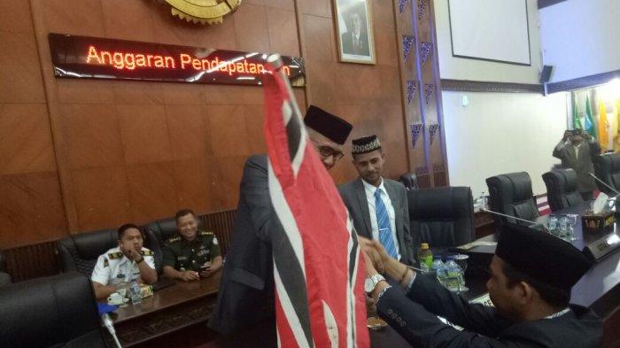 Begini Komentar Wagub Aceh Setelah Terima Bendera Bintang Bulan dari Anggota DPRA