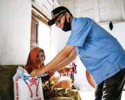 Sisihkan Gaji, Musriadi Bantu Sembako dan Masker Untuk Lansia