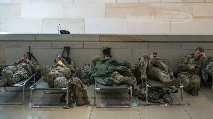 FOTO - Persiapan Jelang Pelantikan Joe Biden dan Kamala Harris Sebagai Presiden Amerika Serikat - anggota-pengawal-nasional-as-beristirahat-di-ranjang-di-dalam-capitol-as.jpg