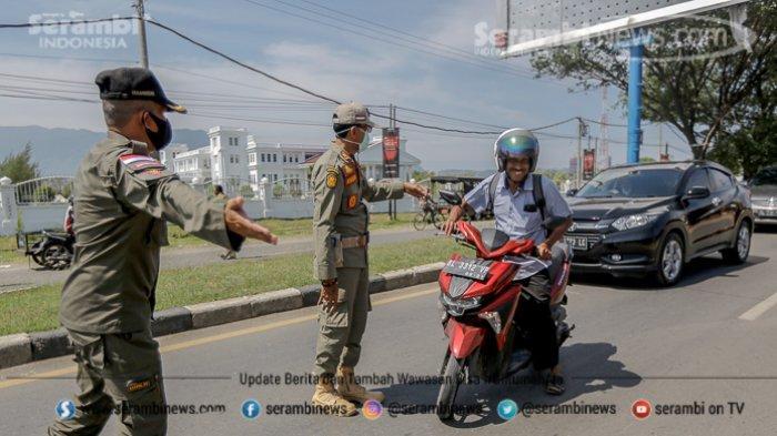 FOTO - Puluhan Pengendara Terjaring Razia Busana Muslim dan Protokol Kesehatan di Lampeuneuruet - anggota-satpol-pp-menghentikan-pengendara-yang-tidak-menggunakan-masker-1.jpg