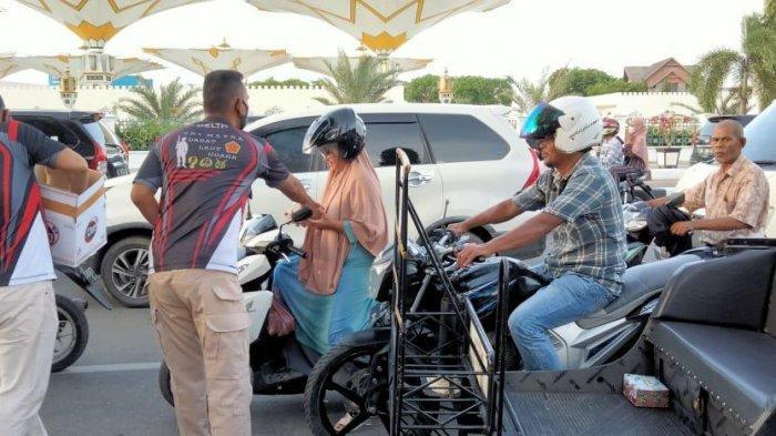 Delta 02 Kodam IM Bagi-bagi Takjil kepada Warga di Banda Aceh