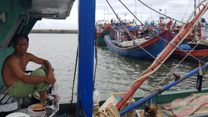 Badai, Nelayan diPPS Lampulo Tunda Melaut, Tinggi Ombak Capai 5 Meter, Harga Ikan Masih Tinggi