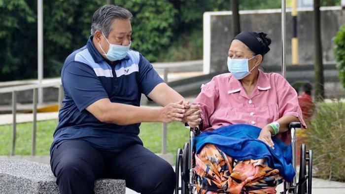 SBY dan AHY Angkat Peti Jenazah Ani Yudhoyono dari Ambulans ke Masjid KBRI Singapura