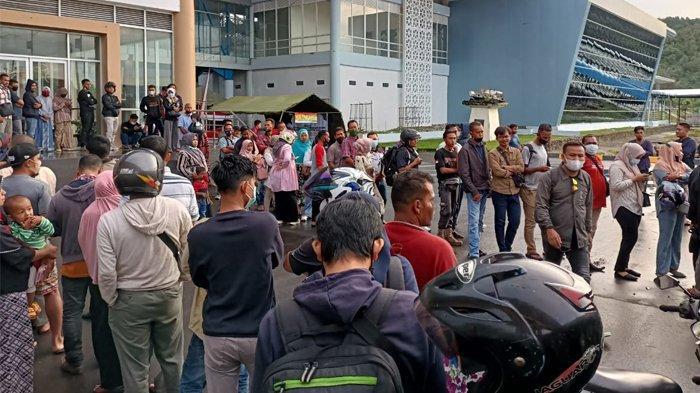 Antrean panjang penumpang di Pelabuhan Balohan Sabang, Sabtu 15 Mei 2021.