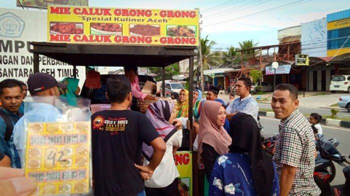 Laris Manis, Pembeli Mi Caluk Grong-Grong di Idi Harus Pakai Nomor Antre