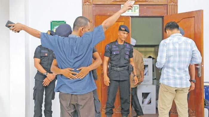 Pleno KIP Aceh Besar Semakin Memanas - aparat-keamanan-memeriksa-para-saksi-dari-partai-politik.jpg