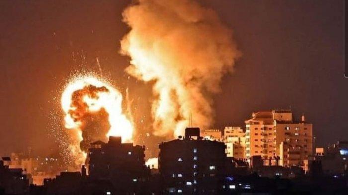 Api membumbung tinggi membakar pemukiman warga Palestina di Gaza oleh serangan udara tentara Israel, Selasa (11/5/2021)