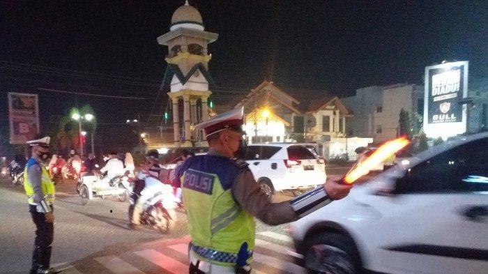 Anggota Satlantas Polres Bireuen Atur Kelancaran Lalu lintas Saat Malam Lebaran
