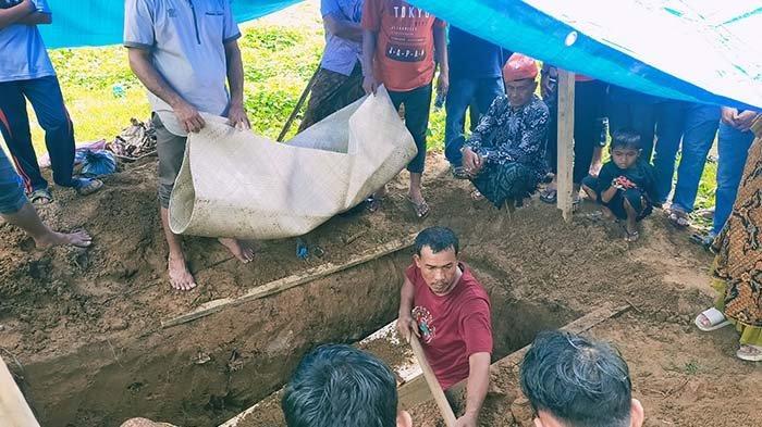 Ayah dan Anak Dimakamkan Satu Liang, Istri Luka Berat Saat Tabrakan Agya dengan Innova di Aceh Timur