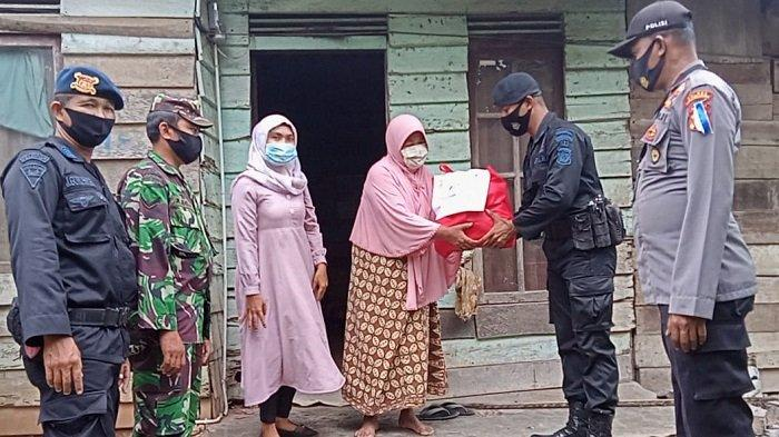 Brimob Aceh Salurkan Sembako Bagi Lansia di Lhokseumawe