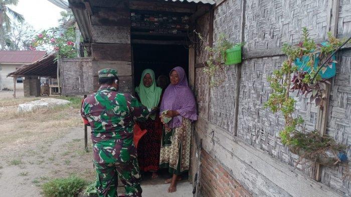 Kodim Aceh Utara Gelar Jumat Berkah, Babinsa Bagikan Nasi ke Rumah Warga