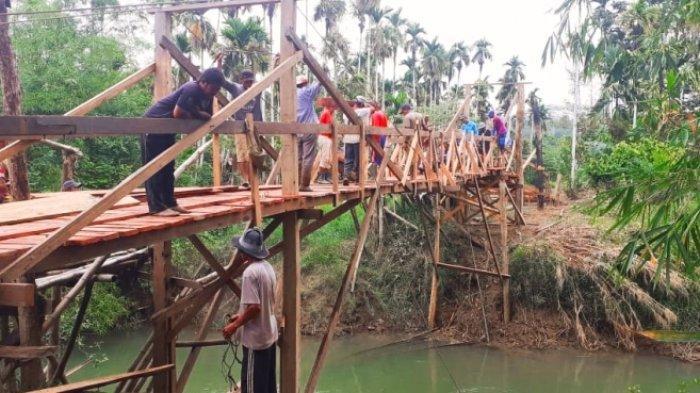 Babinsa Koramil Serbajadi Aceh Timur Bersama Warga Bangun Jembatan Darurat Pakai Kayu