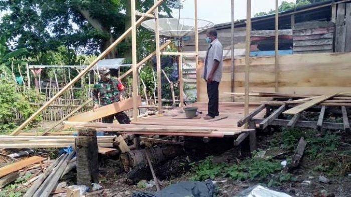 Babinsa Koramil 06/Teunom Aceh Jaya Bantu Warga Binaannya Bangun Rumah Berkonstruksi Kayu