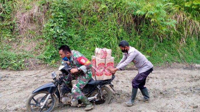 Babinsa Koramil 11/Brb, Sertu Eko Purwanto, dan Babinkamtibmas Polsek Birem Bayeun, Aipda Jefri, harus bersusah payah menuju lokasi untuk menghantarkan bantuan korban banjir.