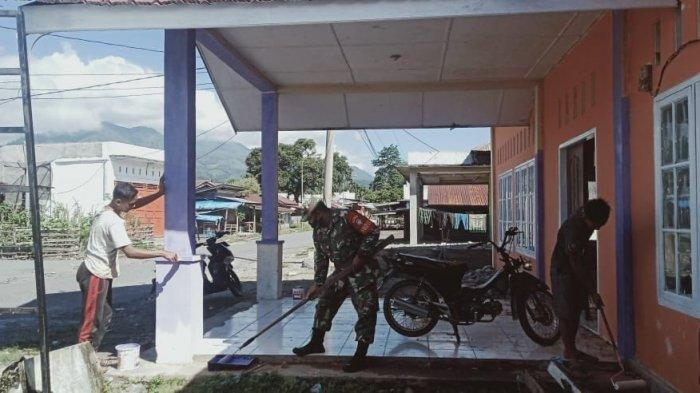 Babinsa Bersama Warga Cat Balai Desa Tanjung Lama di Aceh Tenggara