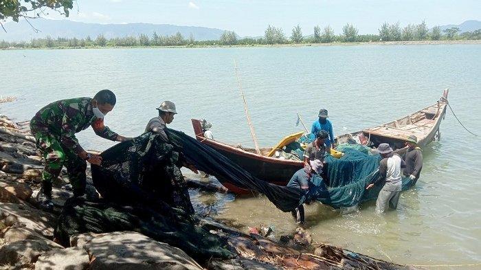 Cuaca Buruk, Babinsa Koramil Syiah Kuala Kodim Aceh Besar Ingatkan Nelayan Hati-hati Saat Melaut