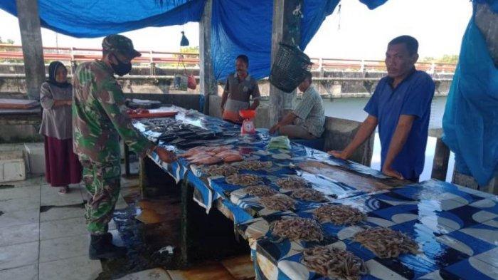 Babinsa Koramil 05/Panga Aceh Jaya Imbau Pedagang Ikan dan Pengunjung Pasar Memakai Masker