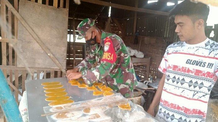 TNI Motivasi Pengrajin Kerupuk di Babul Makmur, Aceh Tenggara