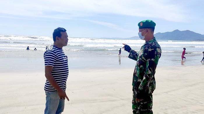 Babinsa Imbau Pengunjung Pantai Berhati-hati