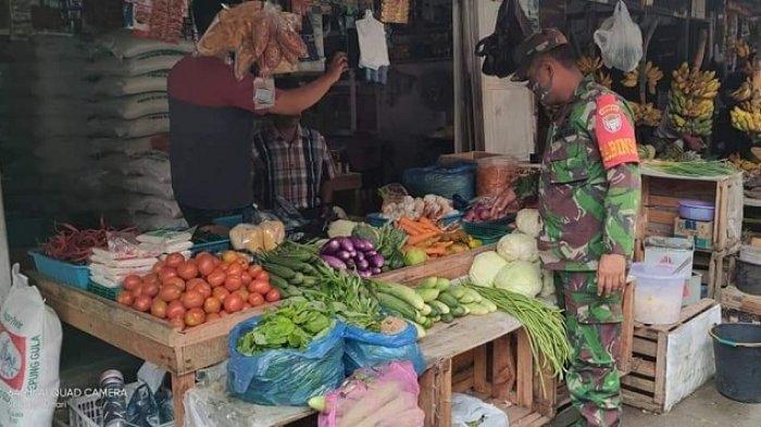 Babinsa Pantau Pasar Desa Binaan, Antisipasi Penyebaran Virus Corona Semakin Meluas di Aceh Besar