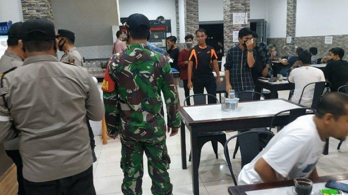 Jelang Lebaran Idul Fitri 1442 H, Babinsa dan Babinkamtibmas Ulee Kareng Imbau Warga Patuhi Prokes